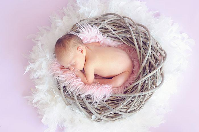 Hasfájós csecsemő megnyugtatása